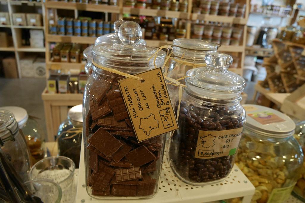 photo représentant des bocaux en verre remplis de chocolat