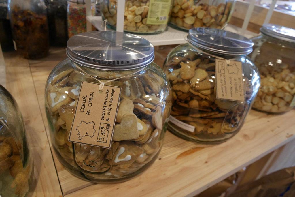 photo représentant des bocaux en verre remplis de biscuits biologiques