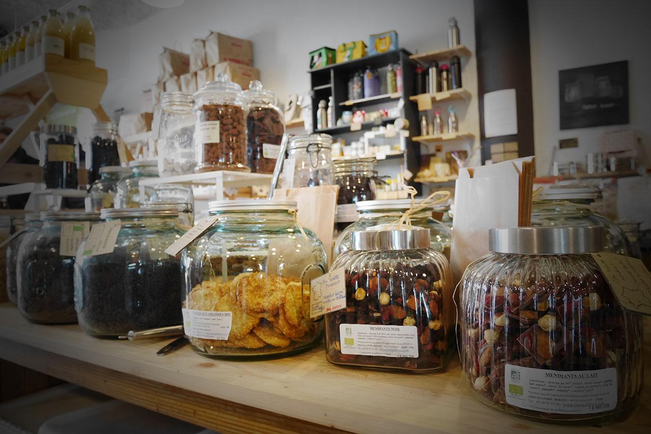 photo représentant des bocaux en verre remplies de friandises