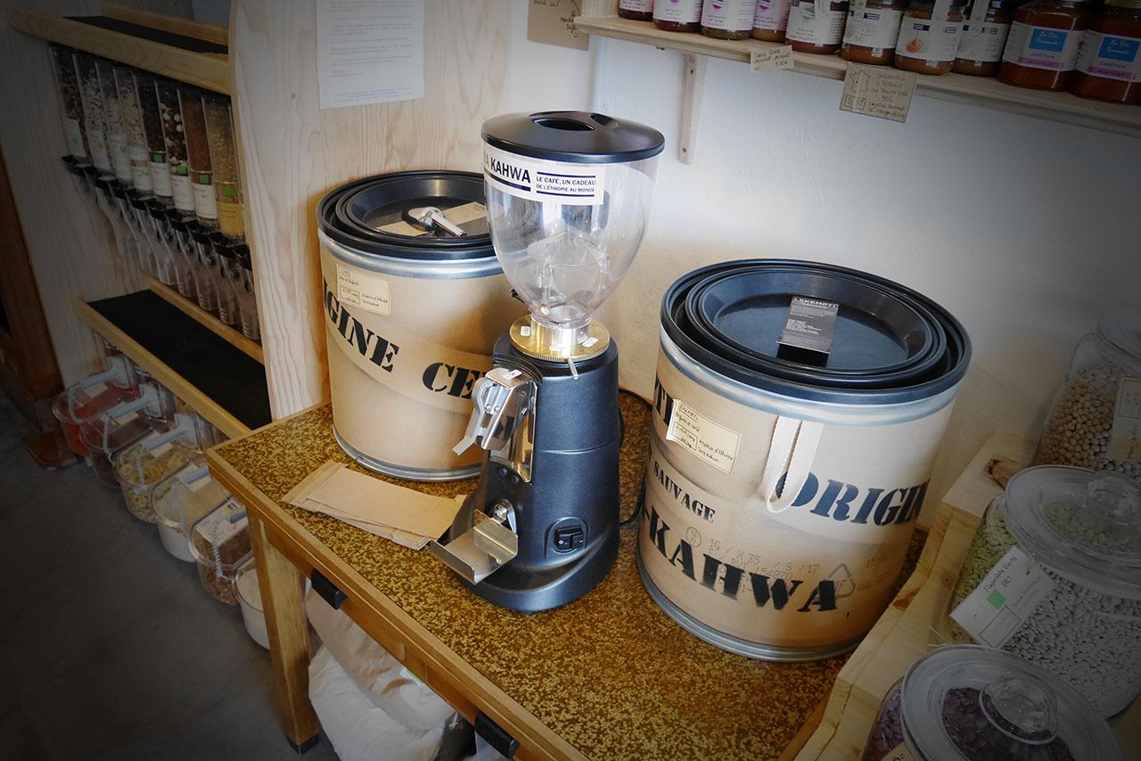 photo représentant une machine à moudre le café en grain, thé et café l'Effet Bocal