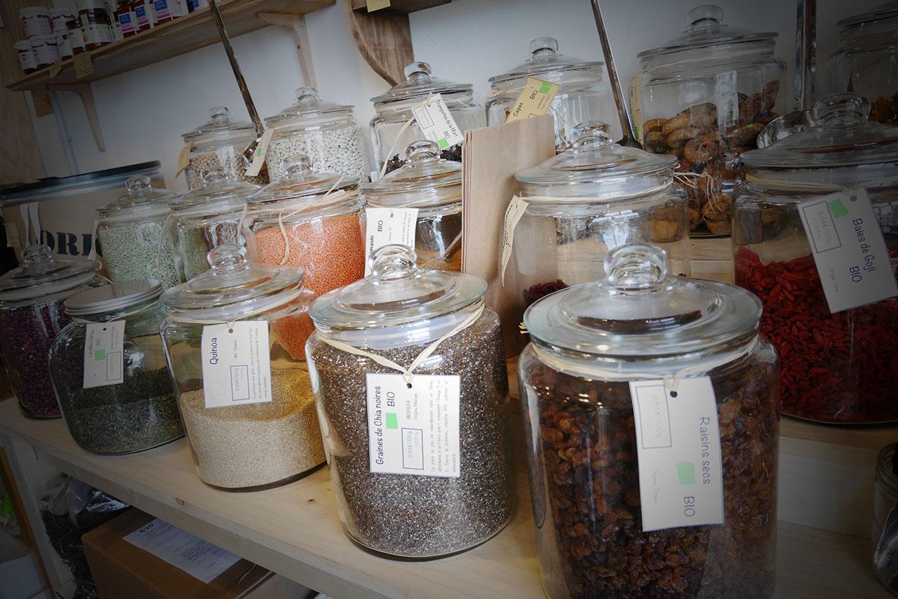 bocaux en verre remplies de céréales et légumes secs