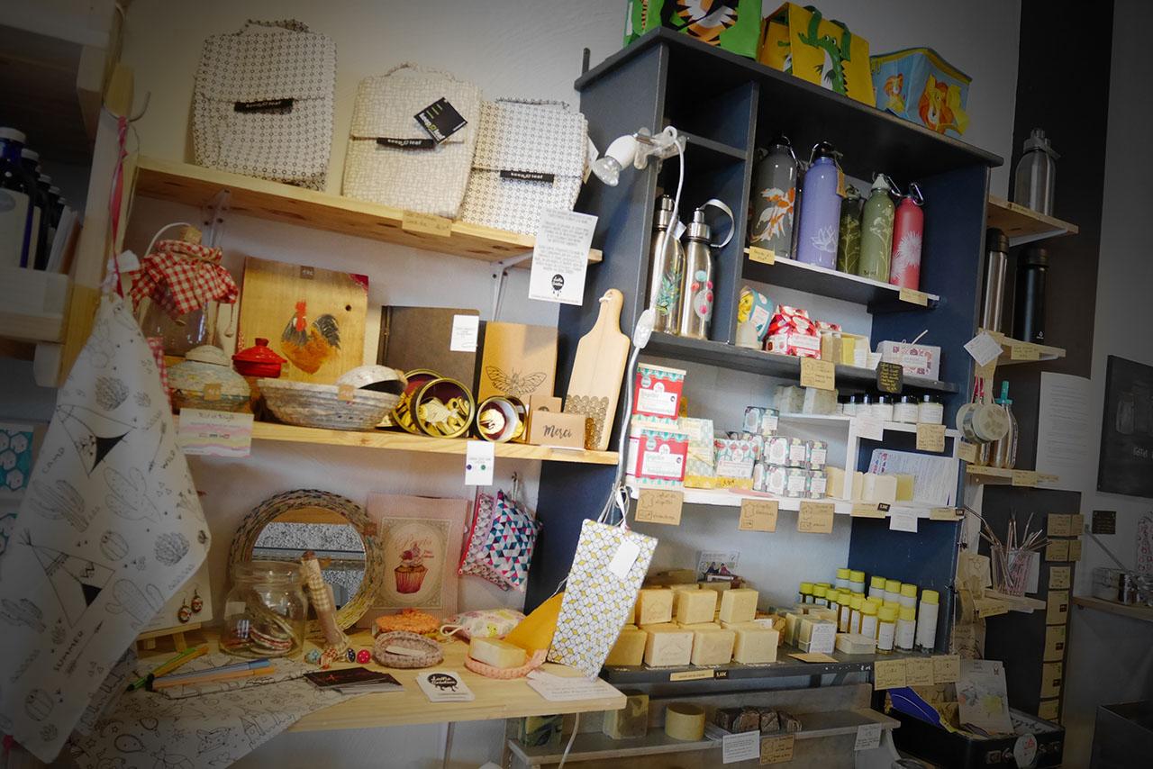 photo représentant une étagère remplie d'articles éco-responsables
