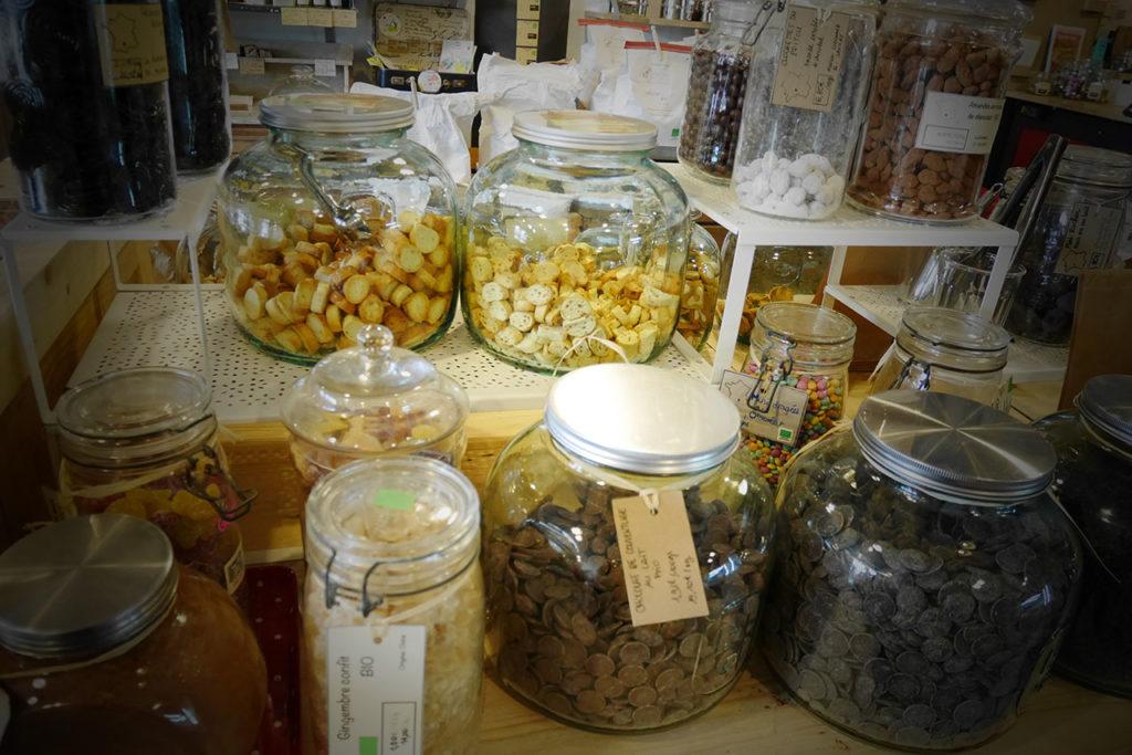 photo représentant des bocaux en verre remplis de friandises et de biscuits