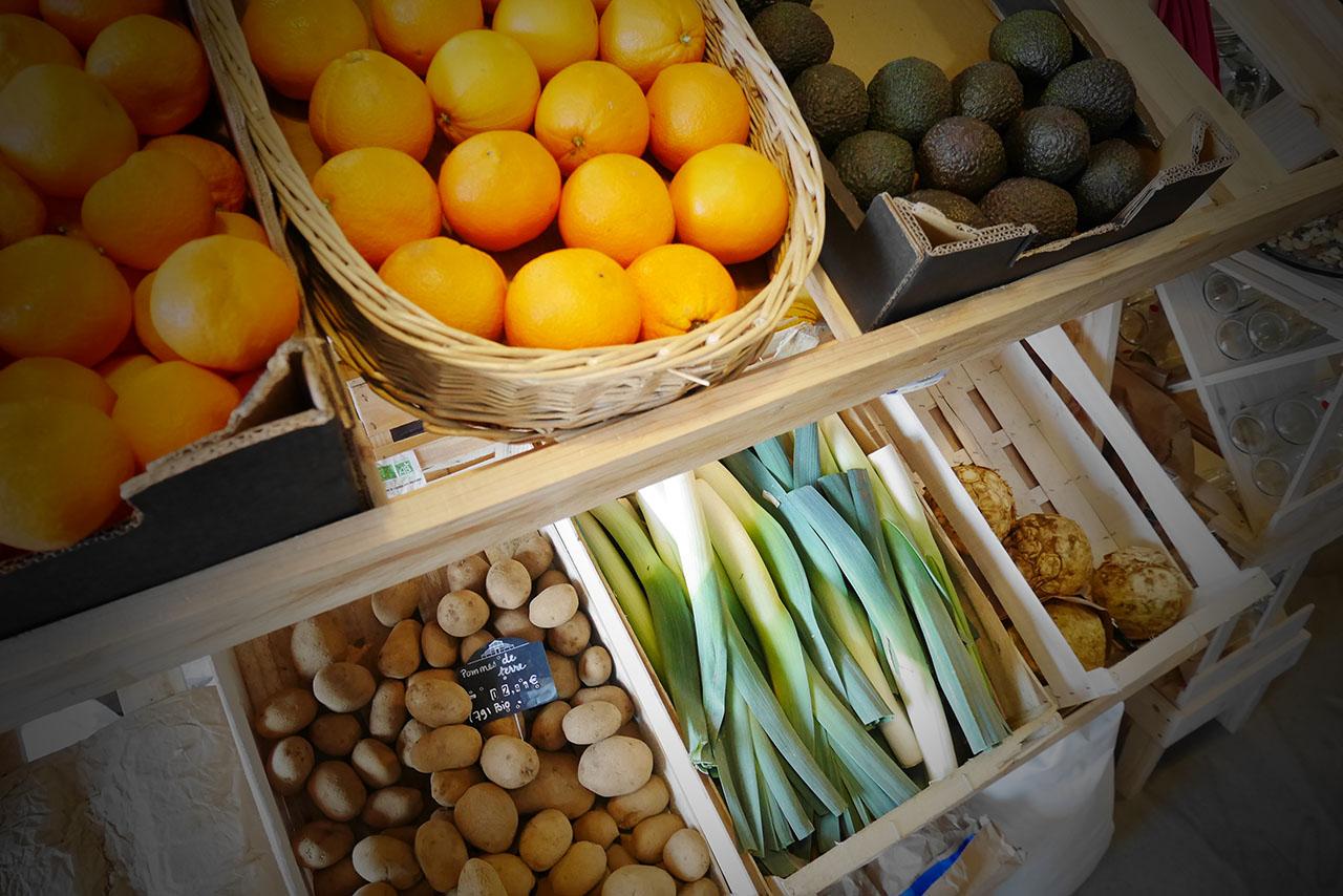 photo représentant un étal de fruits et légumes biologiques dont des oranges et des poireaux