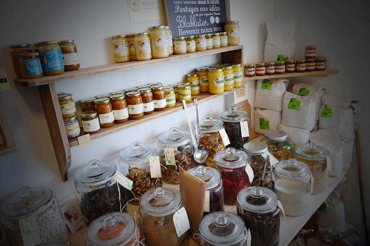 photo représentant des pots de miel et de confiture